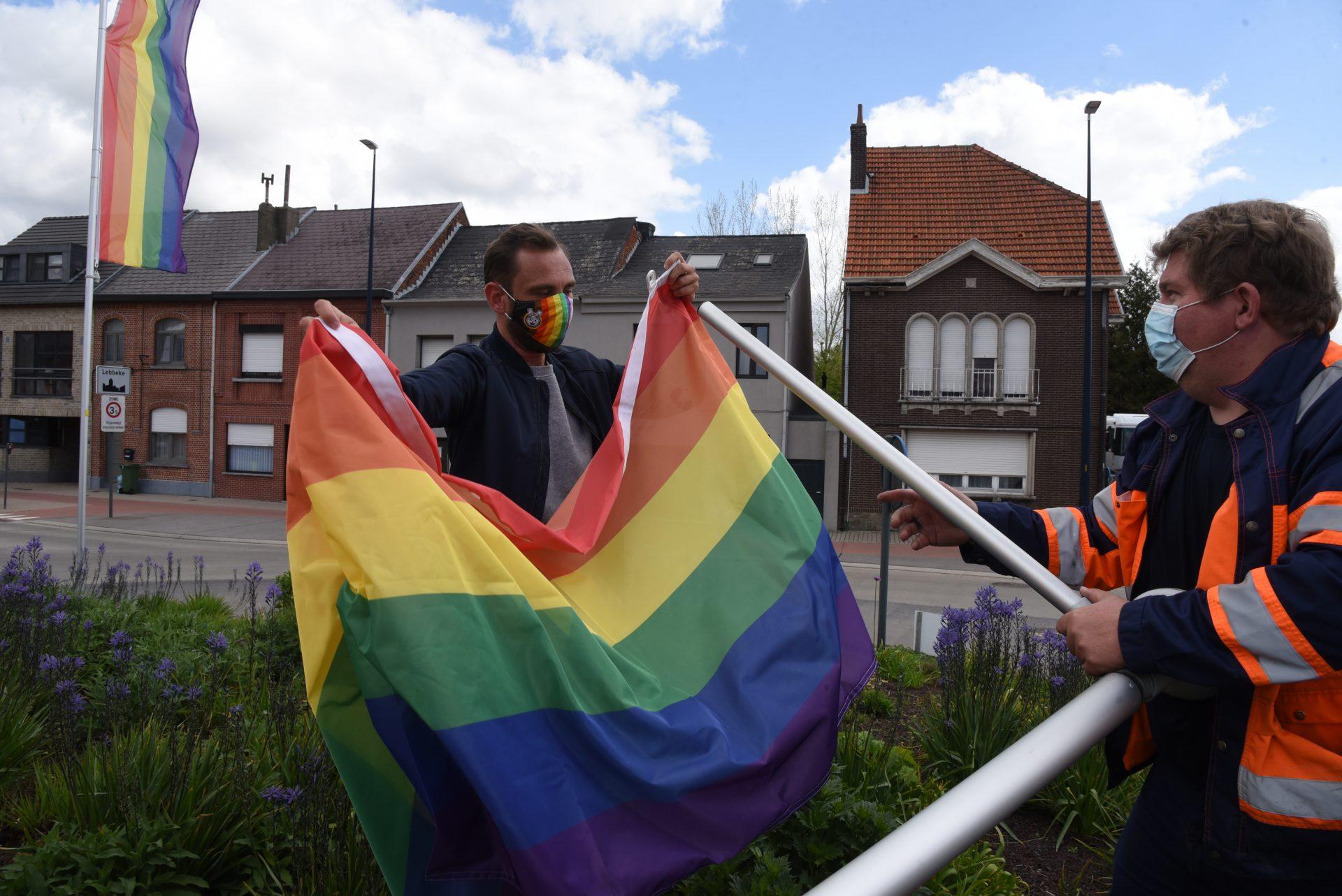 Christophe van 'Blind Getrouwd' hijst regenboogvlag in Lebbeke