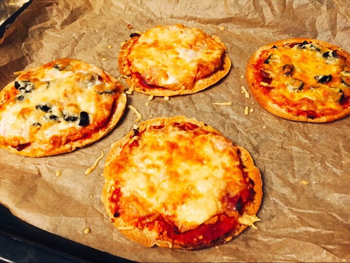 RECEPT: Pizza op basis van pitabroodjes